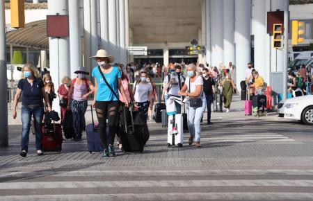 Es ist ordentlich was los vor dem Flughafen von Mallorca.