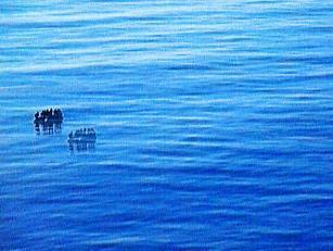 Ein Schlauchboot treibt auf dem Mittelmeer.