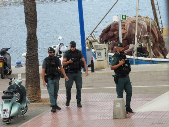 Beamte der Guardia Civil in Port d'Andratx.