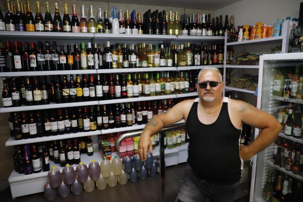 """""""Die Entscheidung der Regierung macht keinen Sinn"""", meint Mini-Supermarkt-Inhaber Ángel Peev."""
