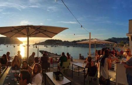"""Von der Terrasse der """"Minibar"""" überblickt man Port de Sóller."""