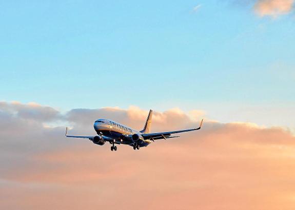 Landender Urlauberjet über dem Flughafen von Mallorca.
