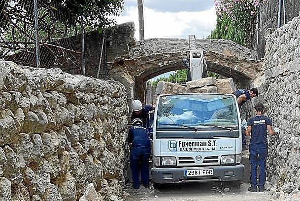 Der Kranwagen kurz nach dem Unfall.