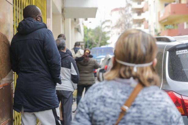 Bedürftige vor einer Essensausgabestelle auf Mallorca.