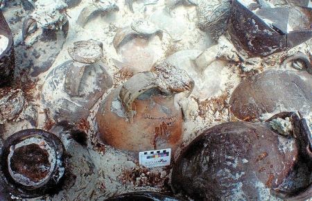 Einige Tonkrüge sind noch verschlossen und weisen Inschriften auf.