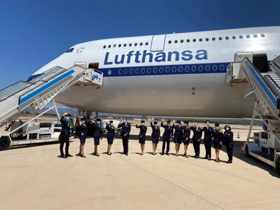 Die Besatzung des Jumbo-Jets nach der Landung in Palma.