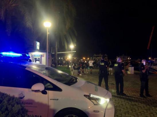 Ortspolizisten von Palma kontrollieren am Paseo Marítimo.