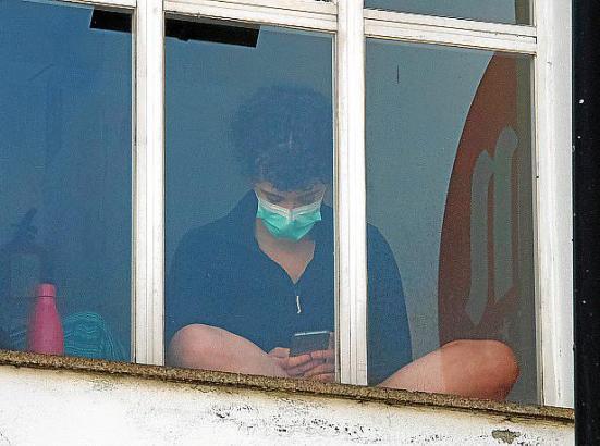 Eine isolierte Person in der Herberge in Lugo