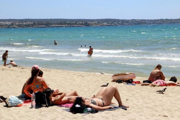 Strandbesucher auf Mallorca.