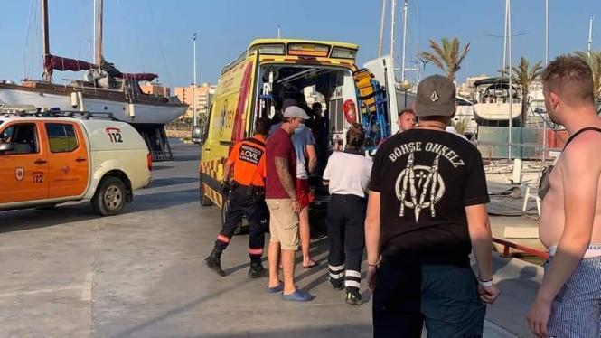 Der Deutsche wird in Arenal in den Krankenwagen gelegt.
