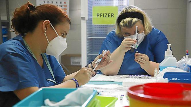 Krankenschwestern bereiten Impfdosen vor.