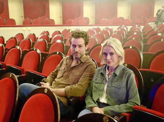 Julian Looman und Elen Rhys im Teatre Principal in Palma bei den Dreharbeiten zur ersten neuen Folge.