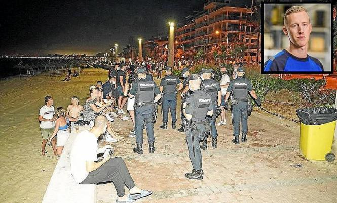 Polizei-Beamte kontrollieren nachts an der Playa de Palma.