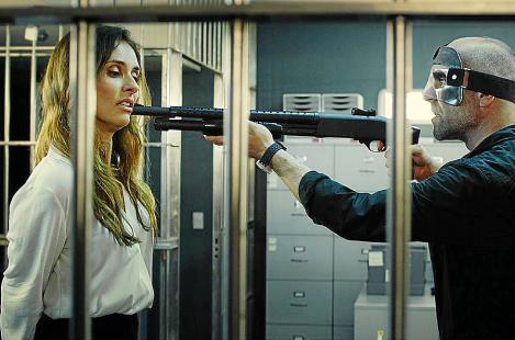 Unter den Geiseln der Bankräuber befindet sich auch die Bankangestellte Sandra (Patricia Vico, l.), die kurz zuvor erfahren hat, dass sie ihren Job verlieren wird. Sie entschließt sich dazu, mit Gallego (Luis Tosar, r.) zu kooperieren.