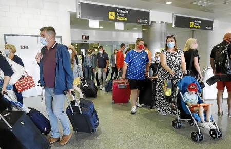 Ankommende Familien im Flughafen von Palma de Mallorca.
