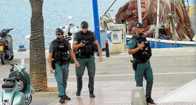 Das Archivbild zeigt Beamte der Guardia Civil auf der Hafenpromenade von Port d'Andratx.