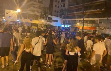 Nächtliches Massentreffen von spanischen Jugendlichen am Paseo Marítimo. Die Aufnahme entstand am 11. Juli.