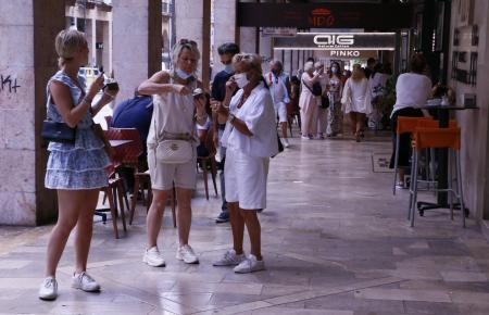 Straßenszene mit Urlauberinnen in der Altstadt von Palma.