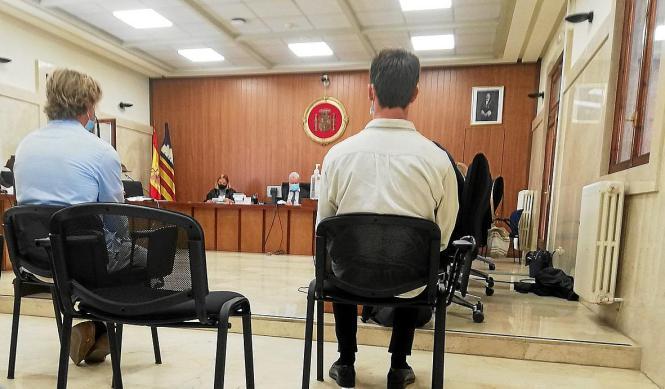 Die beiden Angeklagten bei der Urteilsverkündung vor einem Gericht in Palma.