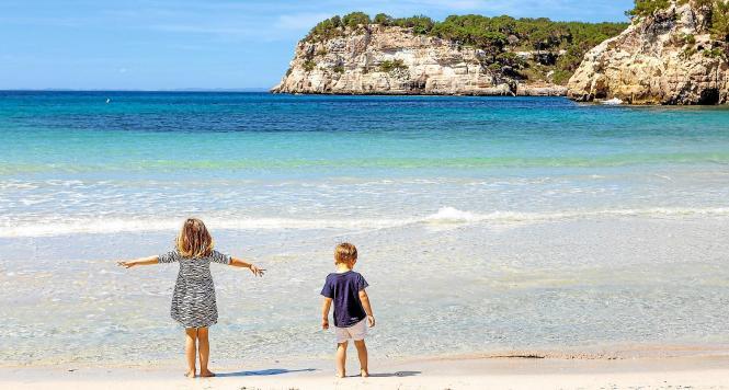 Kinder auf einem Mallorca-Strand.