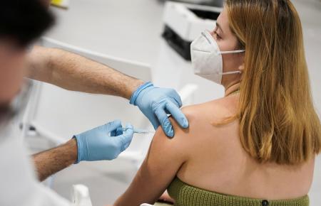 Eine junge Frau wird auf Mallorca geimpft.