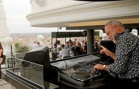 Auf diesem Bild sorgt Luis Riu im Hotel Riu Plaza España in Madrid für Stimmung.