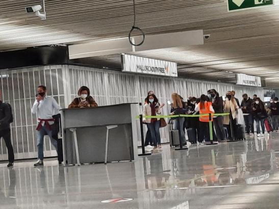 Passagiere im Flughafen von Palma de Mallorca.