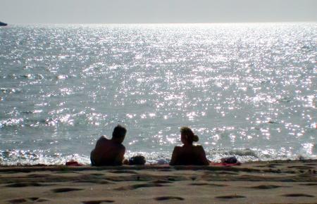 Zwei Menschen an der Playa de Palma auf Mallorca: Die Insel ist von der Bundesregierung zu einem Hochrisikogebiet umbenannt worden