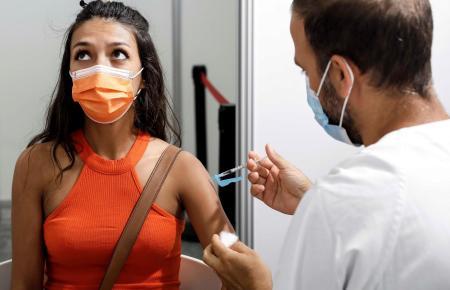 Die Impfkampagne schreitet in Spanien gut voran – seit einem Monat können sich junge Erwachsene impfen lassen