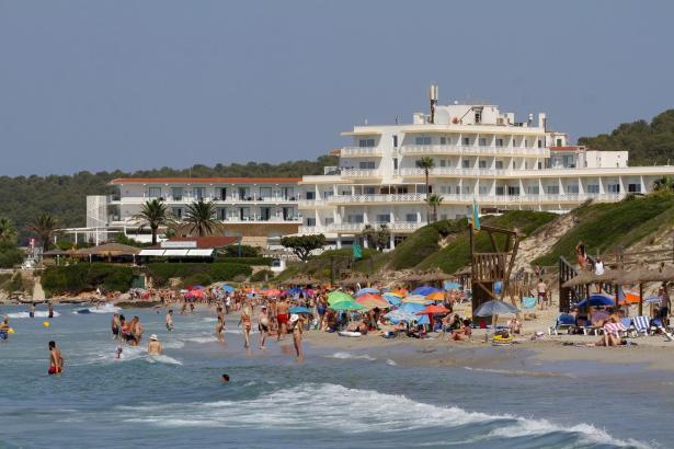 Die Strände Mallorcas sind wieder voll. Doch neue Reiseregeln trüben die Stimmung bei Touristikern