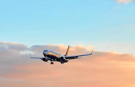 Landender Urlauberjet über dem Flughafen von Palma de Mallorca.