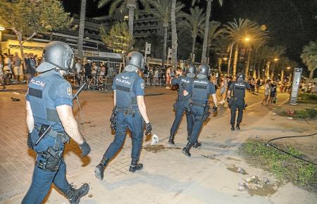 Polizisten an der Playa de Palma bei der Aufspürung illegaler Partys.