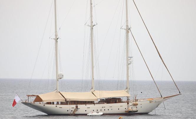 """Die klassische Segelyacht """"Xarifa"""" Baujahr 1927 vor der Bucht von Bendinat."""