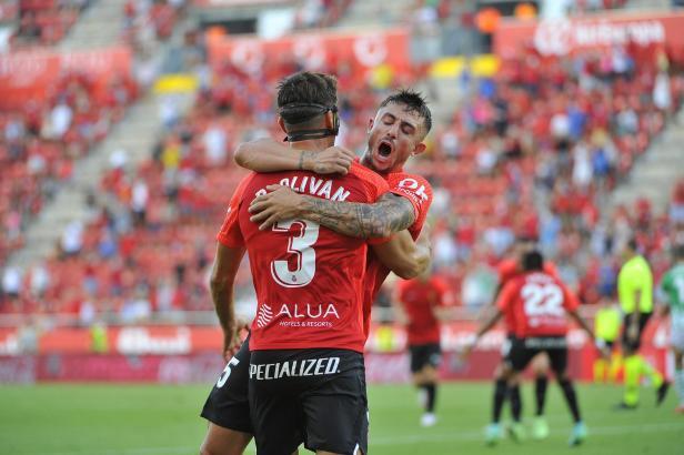 Zusammen mit Pablo Maffeo bejubelt Brian Oliván seinen Treffer zum 1:0.