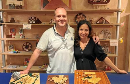 """Gülcin und Sven Baeck sind die Inhaber des Ladens """"Puzzles"""" in der Altstadt von Palma."""