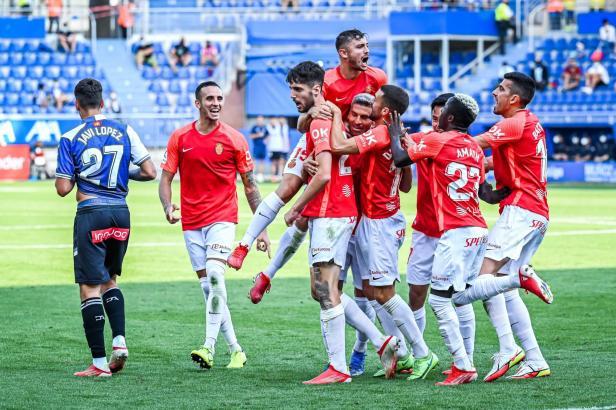 Die Real-Mallorca-Spieler feiern ihren neuen Kollegen Fer Niño (M.) für sein Tor.