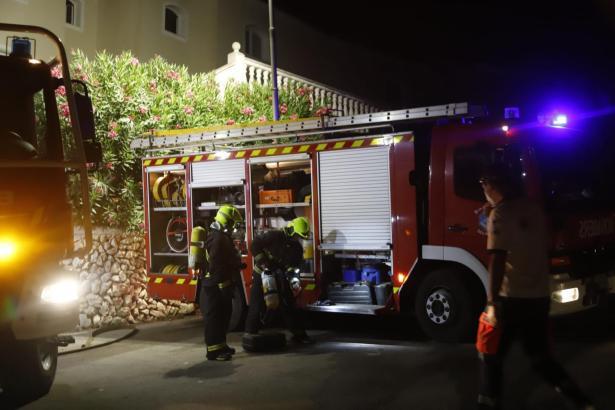 Die Feuerwehr beim Einsatz vor Ort.