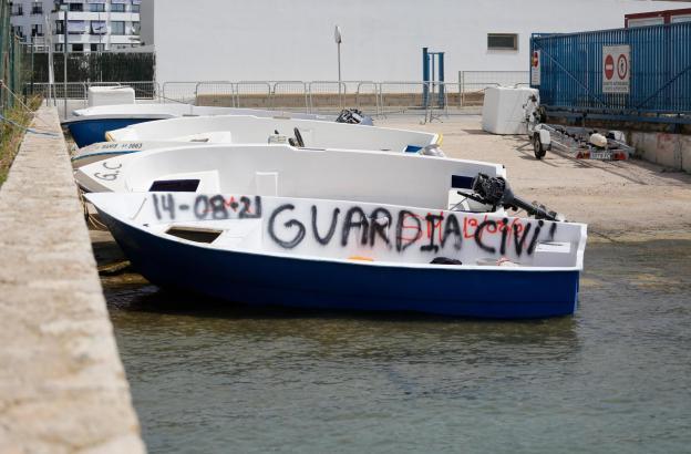 Das Archivfoto vom 17. August zeigt Boote, mit denen die Migranten illegal auf die Balearen einreisten. Die Boote wurden später von der Guardia Civil beschlagnahmt und im Hafen von Ibiza deponiert.