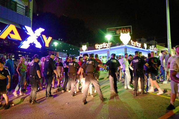 Die Polizei im Einsatz auf der Partymeile Punta Ballena. (Archivfoto)