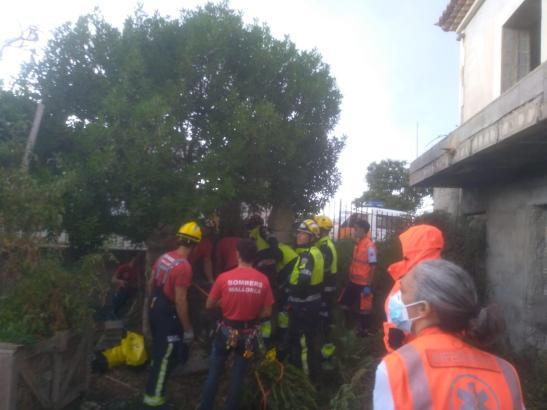 Die Feuerwehr rettete den Mann und seinen Hund aus dem Brunnen.
