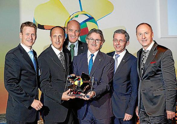 Robinson-Club-Direktor Klaus Augustin nimmt Preis entgegen