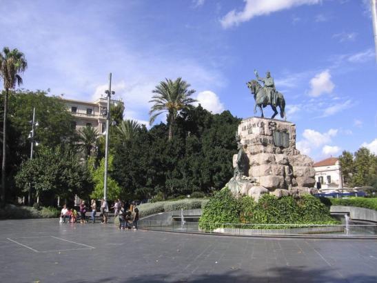 Die Plaça d'Espanya mit dem Denkmal des Erobererkönigs Jaume I..