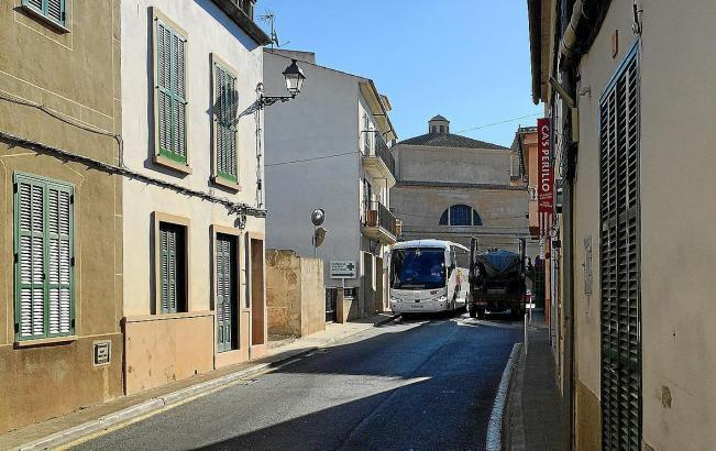 Die Hauptverkehrsstraße von S'Alqueria Blanca.