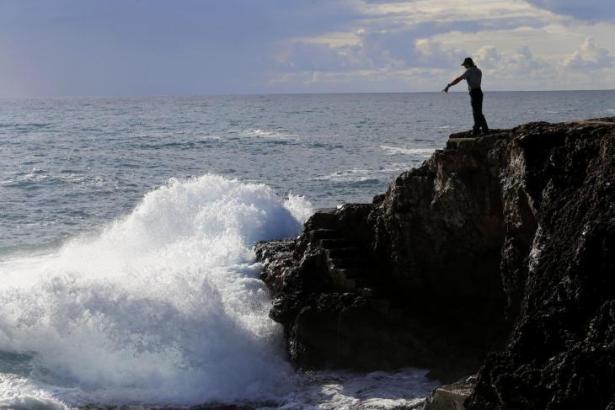 Das Archivbild zeigt einen Polizeibeamten bei der Suchaktion nach den ungarischen Cousins, die von einer Welle in der Cala Esmeralda ins Meer gerissen worden waren.