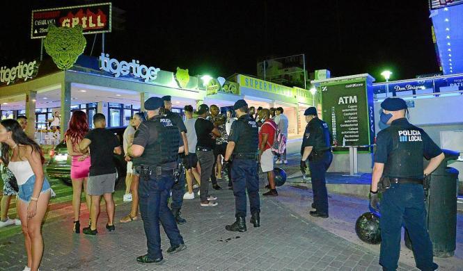 Nächtlicher Polizeieinsatz im Vergnügungsviertel Punta Ballena in Magaluf.