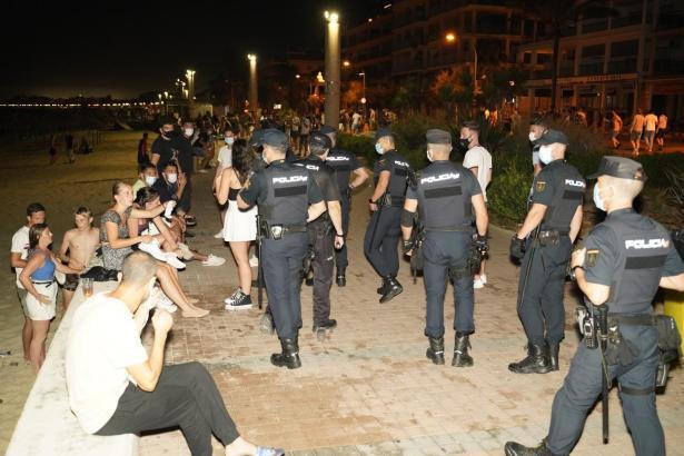 Polizisten im nächtlichen Großeinsatz an der Playa de Palma (Archivfoto).
