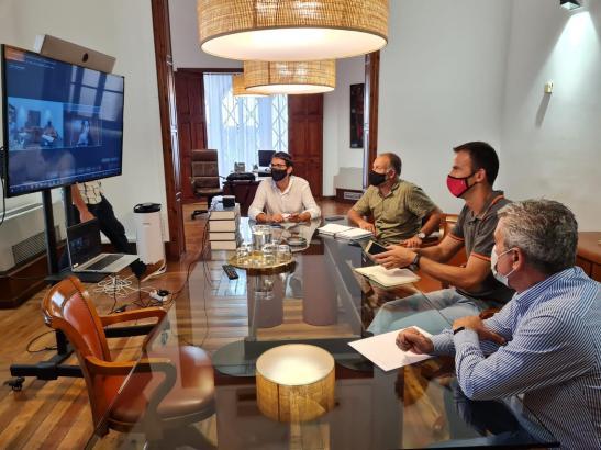 Der balearische Regierungssprecher und Tourismusminister Iago Negueruela (l.) während einer Videokonferenz.