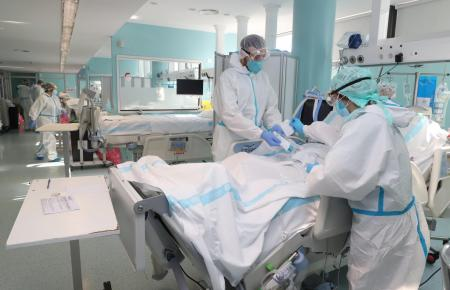 Die Intensivstationen sind weiterhin vernehmbar mit Coronapatienten gefüllt.