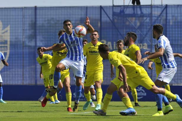 Allein auf weiter Flur: Hier versucht Atlético-Kicker Iñaki Olaortua, sich gegen mehrere Spieler von Villarreal B durchzusetzen.