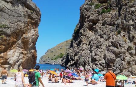 Die Bucht von Sa Calobra ist bei Urlaubern vor allem im Sommer ein beliebtes Ausflugszug.